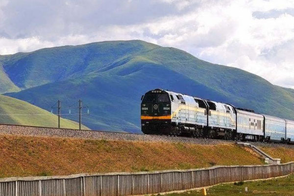 Tibet train running on Qinghai plateau