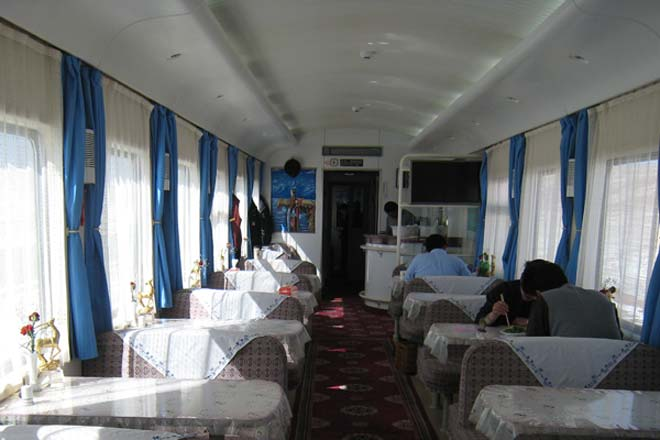 photo of dining car on Tibet trains