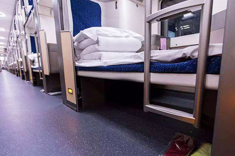 Enough space under hard sleeper berths for storing luggage
