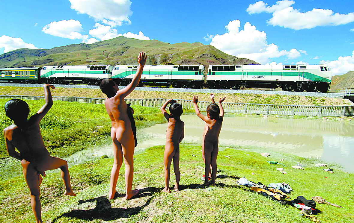 Qinghai-Tibet Railway Boosts Tourism in Tibet